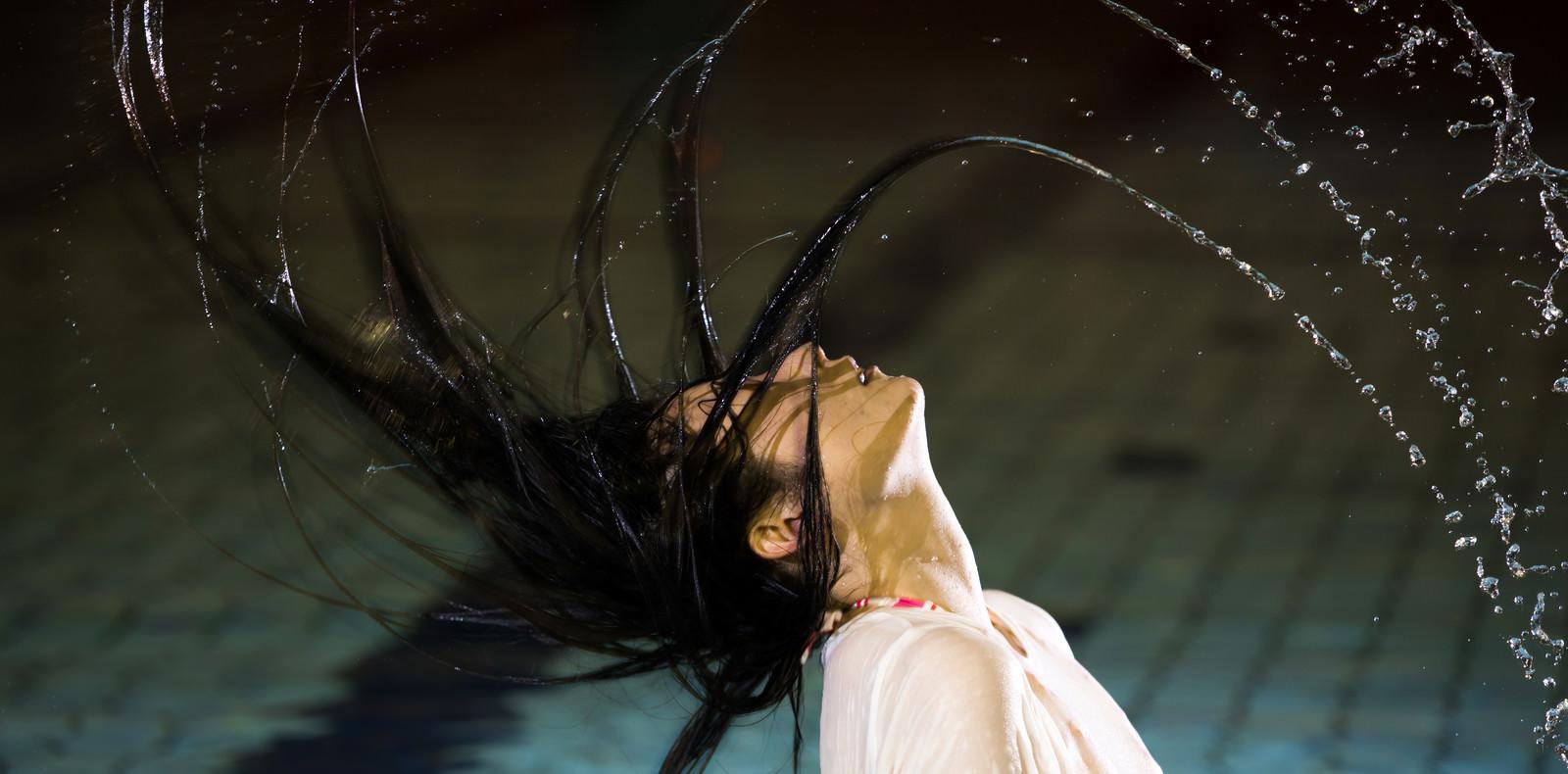 「プールで髪の毛バッサー」の写真[モデル:たけべともこ]