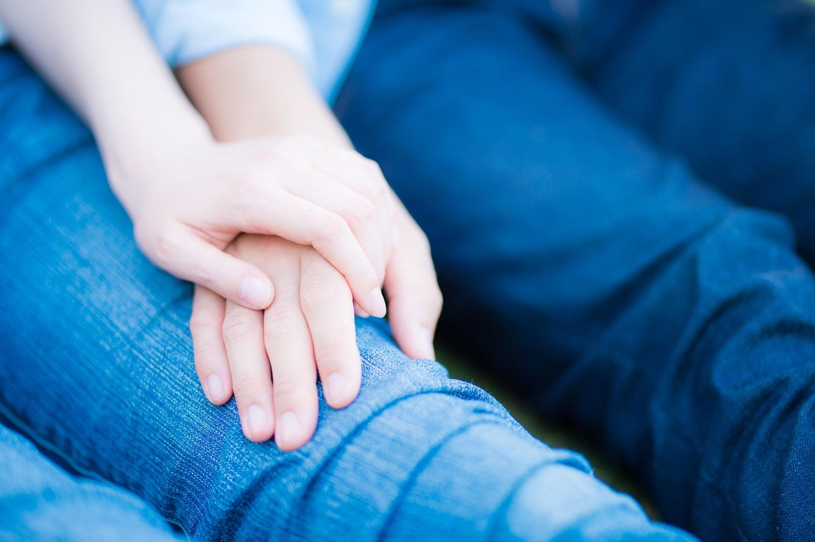 「手を重ねる男女」[モデル:たけべともこ]