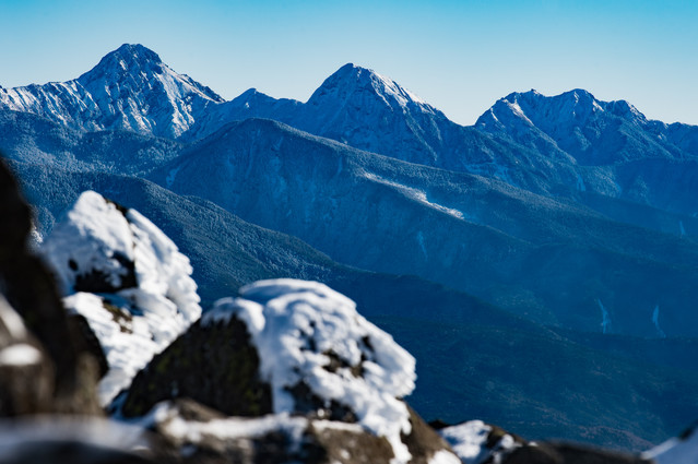 蓼科山山頂から望む厳冬期八ヶ岳連峰の写真