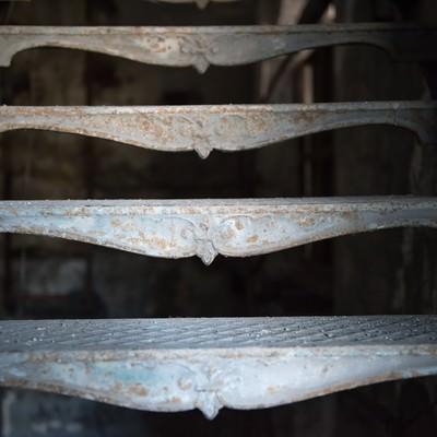 金属でできたサビた階段のステップの写真