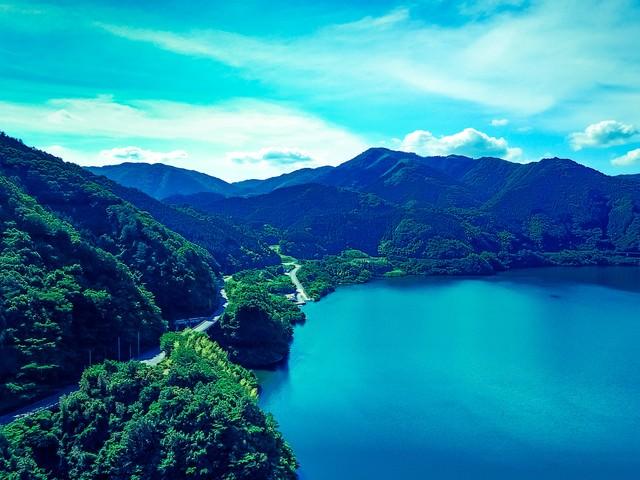 苫田ダムによって造られた奥津湖の写真