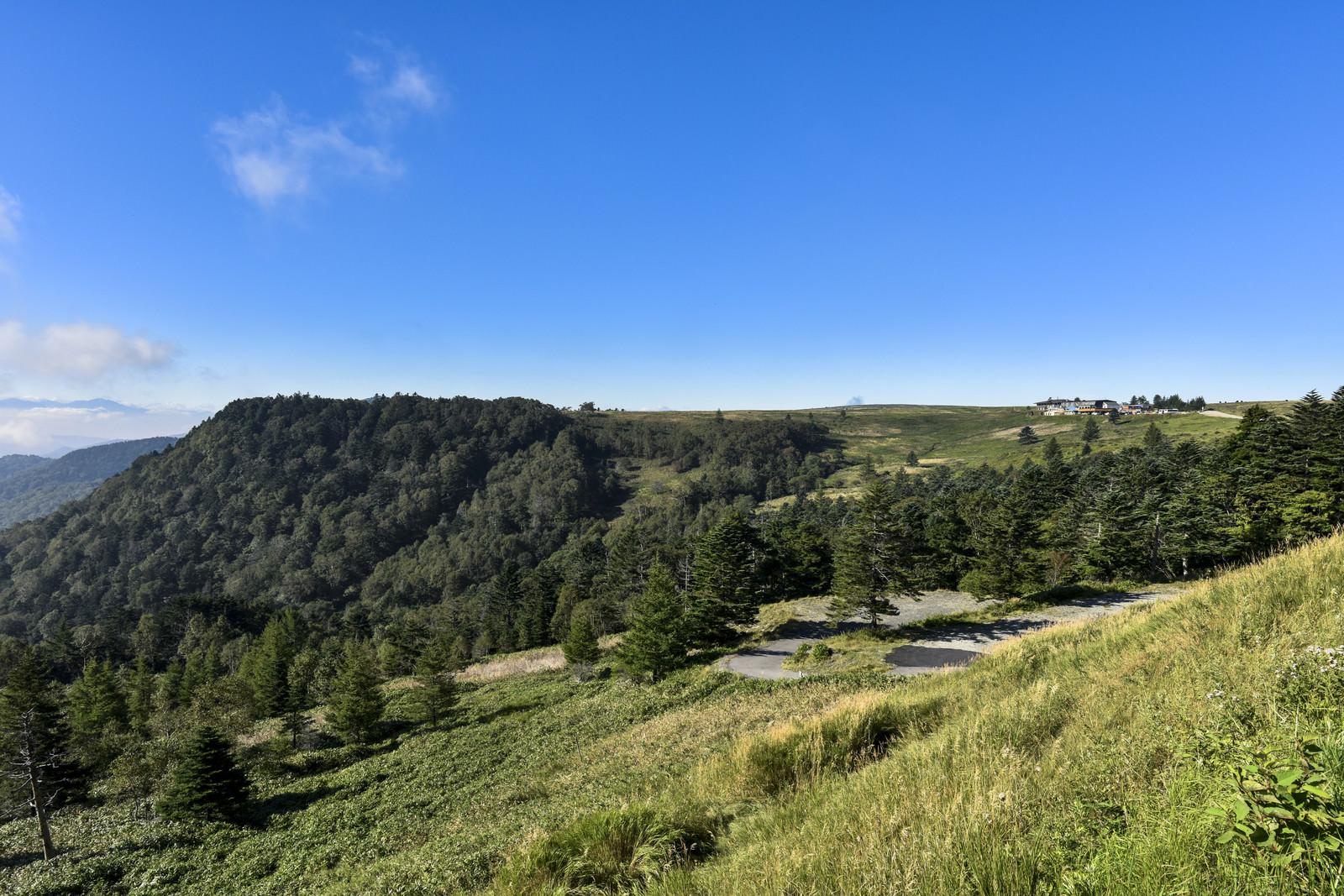 「台地上の美ヶ原と小屋」の写真