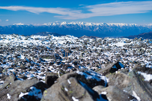 蓼科山山頂の岩稜と鳥居の写真