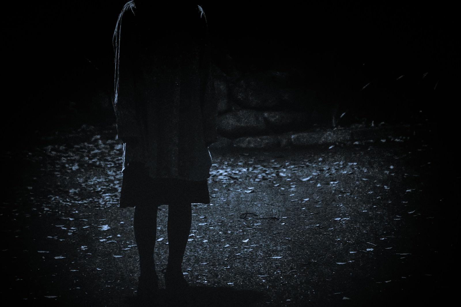 「暗闇にたたずむ人の姿」の写真[モデル:河村友歌]
