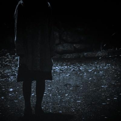「暗闇にたたずむ人の姿」の写真素材