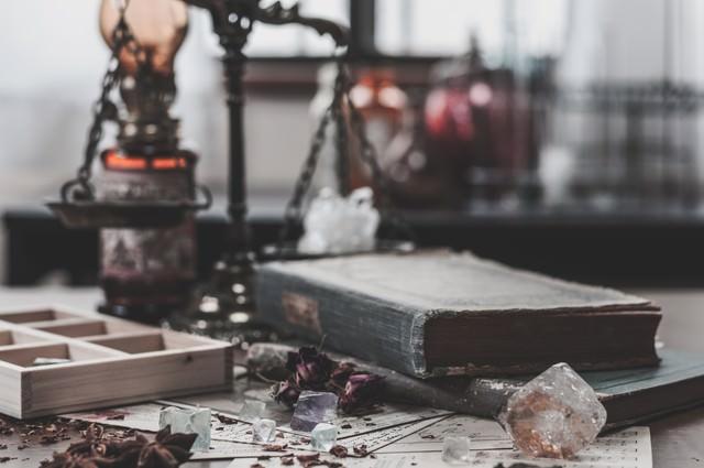 散らかった魔法使いの机の写真