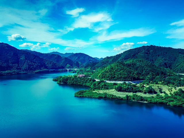 青空と奥津湖の写真