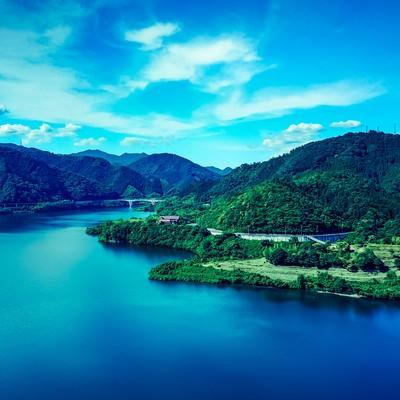 「青空と奥津湖」の写真素材