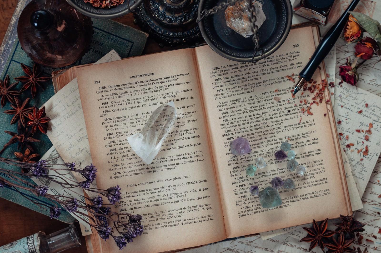 「散らかった魔女の机散らかった魔女の机」のフリー写真素材を拡大