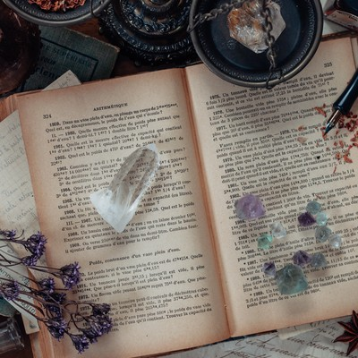 散らかった魔女の机の写真