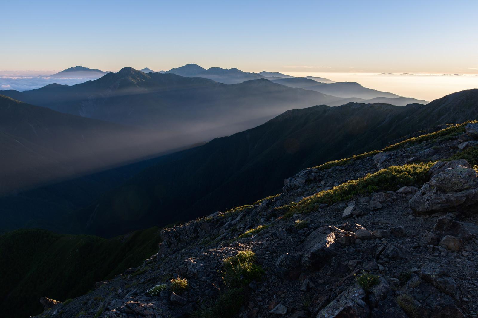 「朝日に浮かぶ南アルプス北部」の写真