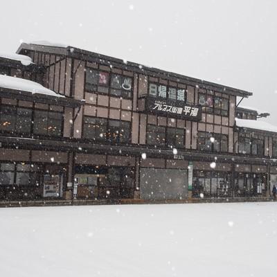 「雪が降り積もる平湯バスターミナル」の写真素材