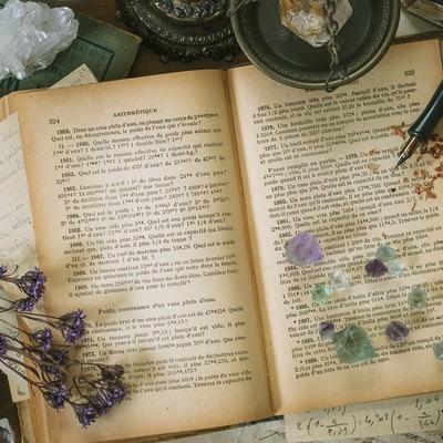 魔女の机と古書の写真