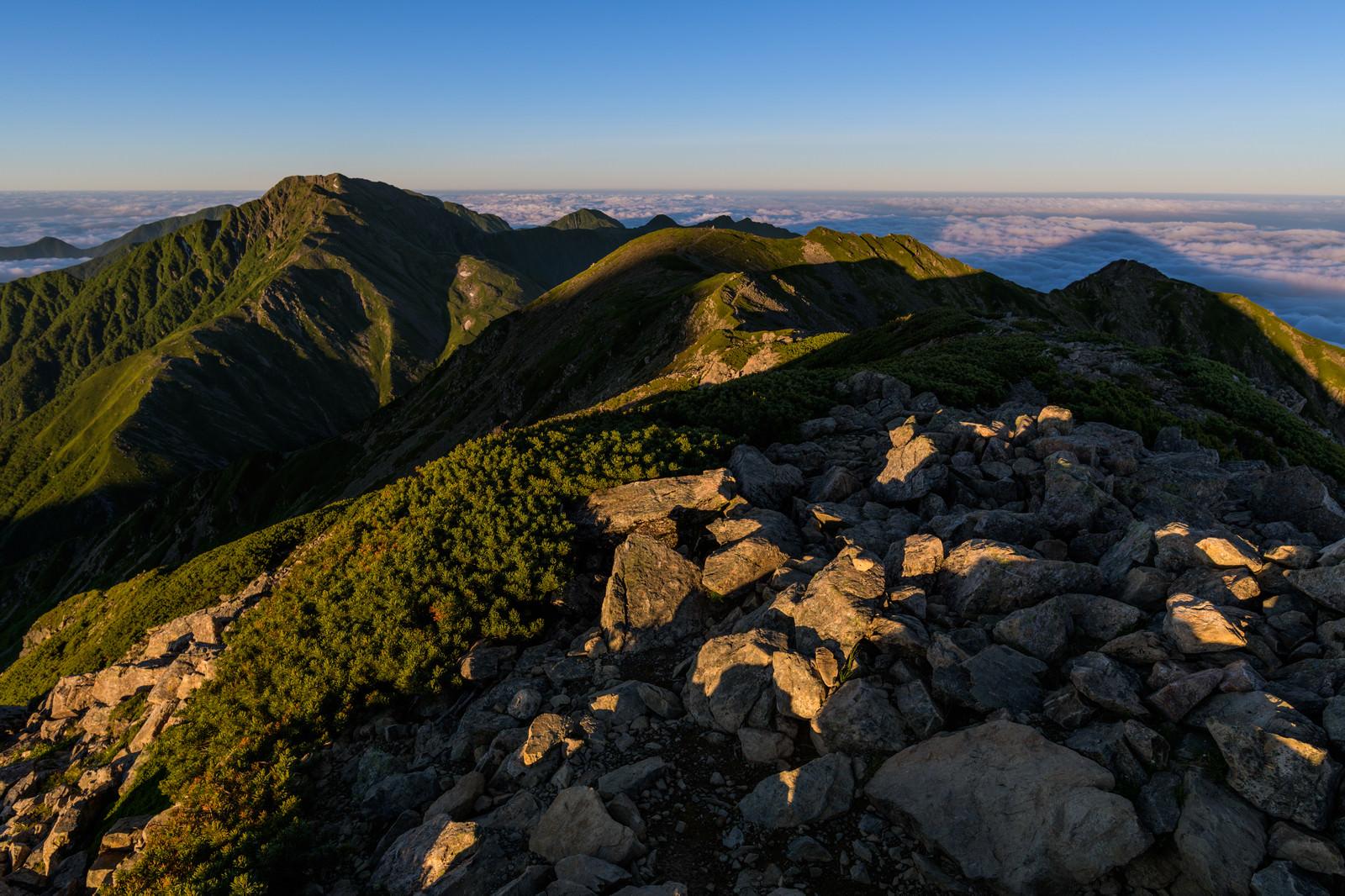 「朝日に焼ける赤石岳縦走路」の写真