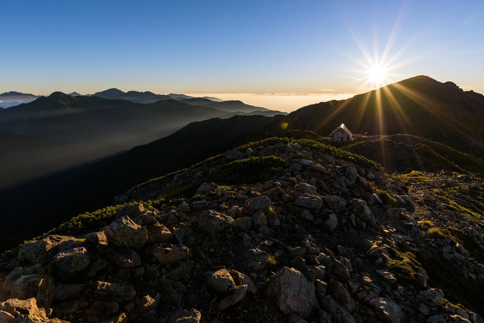 「朝日を受ける悪沢岳と南アルプス北部」の写真