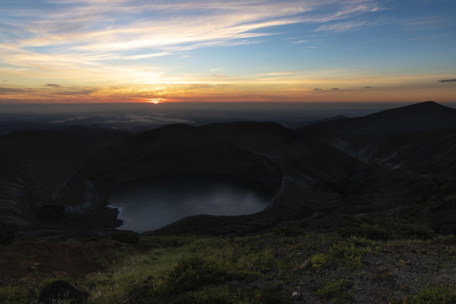 「夜明けを待つ蔵王御釜(蔵王山)」の写真