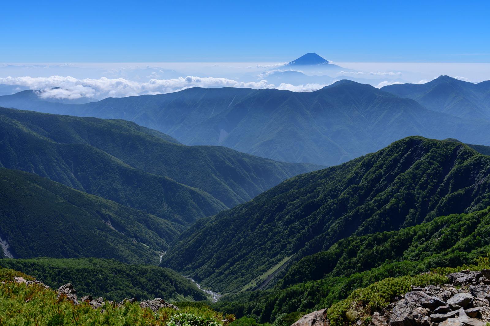「空に顔を出す富士山」の写真