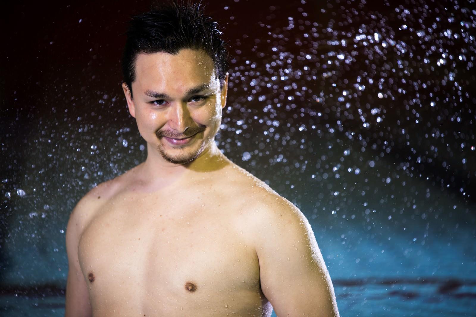 「プールと水しぶきとドイツ人ハーフプールと水しぶきとドイツ人ハーフ」[モデル:Max_Ezaki]のフリー写真素材を拡大