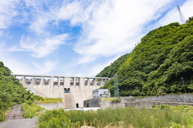 苫田ダムと青空の写真