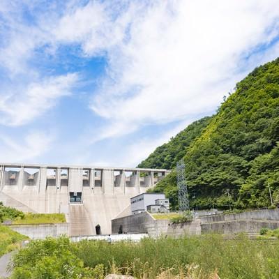 「苫田ダムと青空」の写真素材