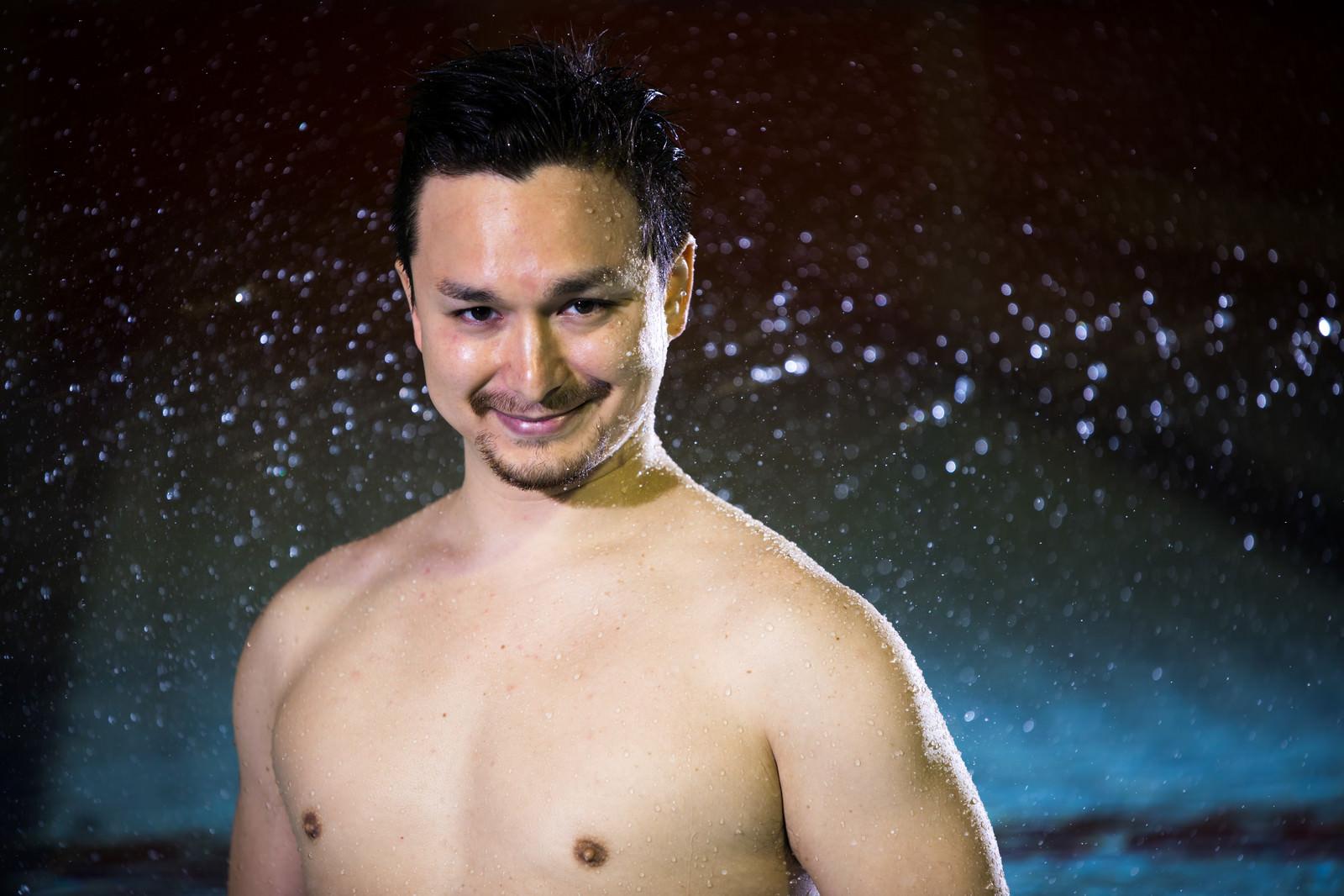 「水泳大会のパンフに使われそうなドヤ顔の男性選手」の写真[モデル:Max_Ezaki]