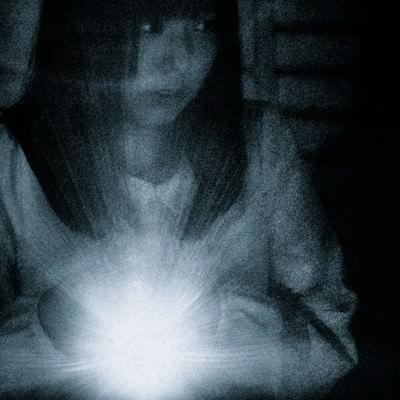 少しずつ、ゆっくり、慎重に、警戒しながら。ライトの光を頼りに探索する女性の写真