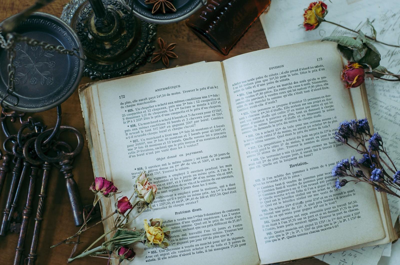 「洋書とドライフラワー」の写真
