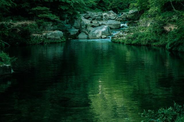 静寂な奥津渓の景観の写真