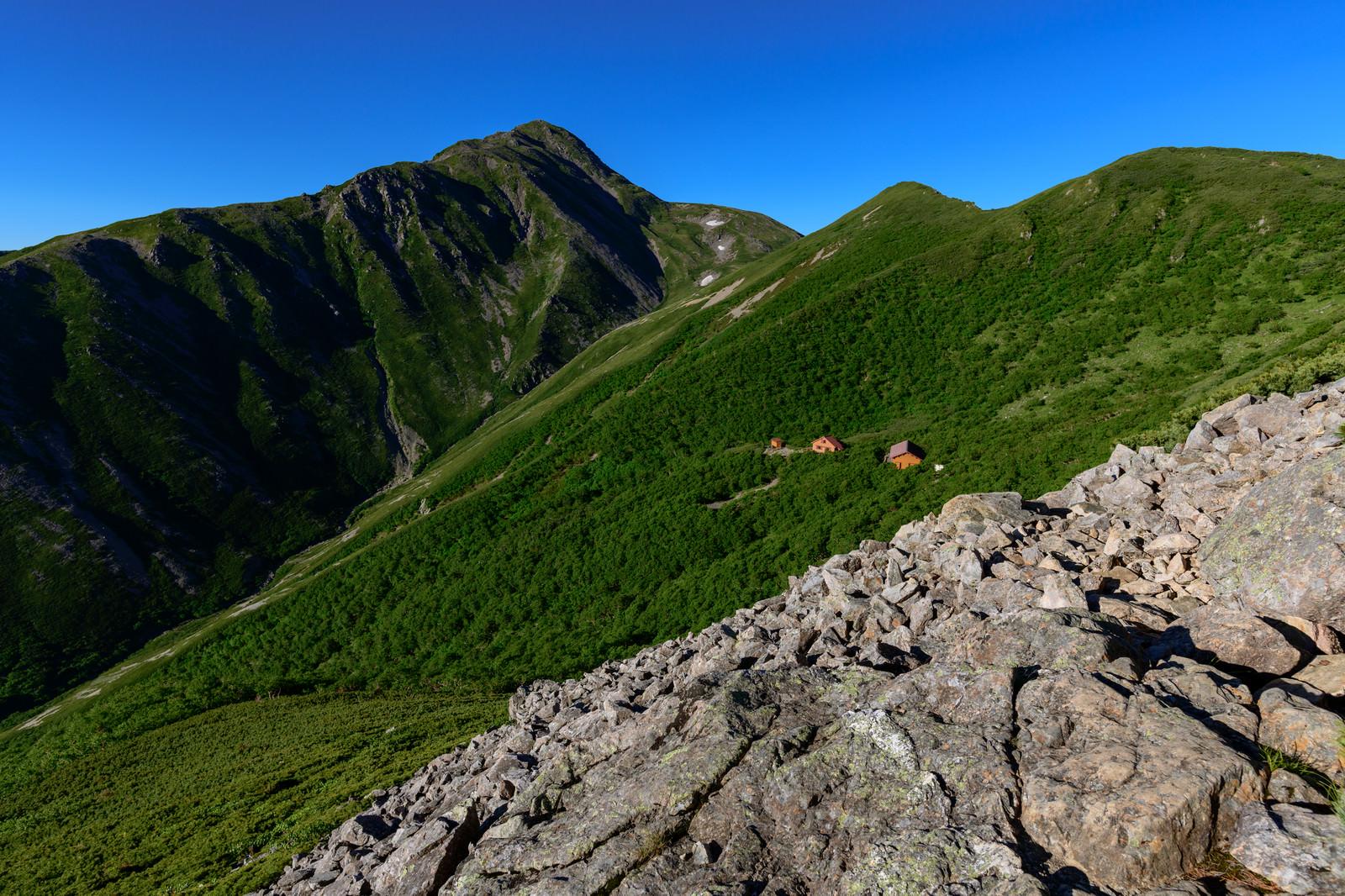「傾斜に立つ山小屋と赤石岳(南アルプス)」の写真