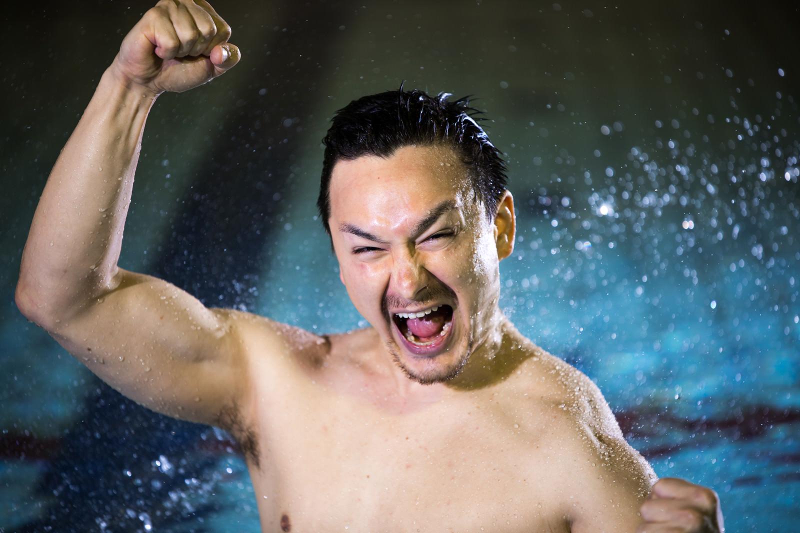 「自己ベストを更新した水泳選手」の写真[モデル:Max_Ezaki]