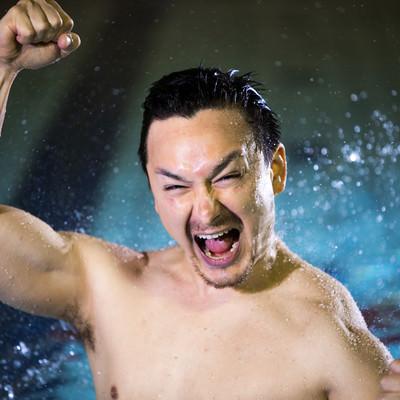 「自己ベストを更新した水泳選手」の写真素材