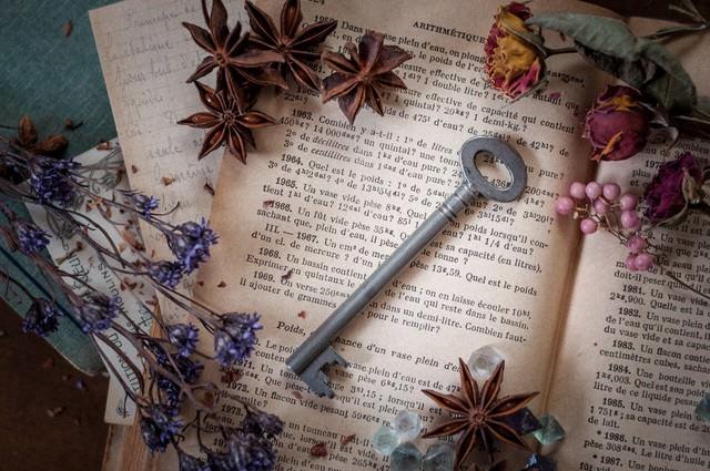 洋書と秘密の鍵の写真