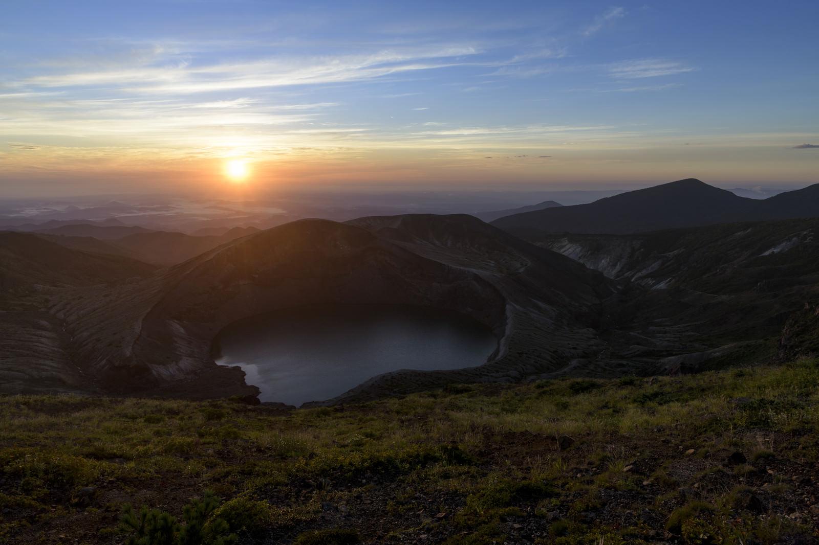 「蔵王の御釜とご来光(蔵王山)」の写真