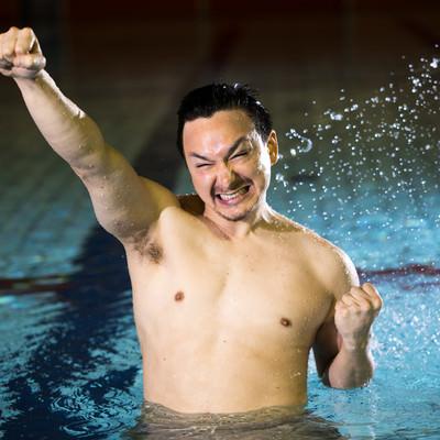 脇毛の処理を怠った水泳選手の写真