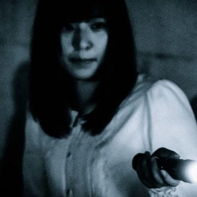 暗闇の中で生存者を発見した様子の写真