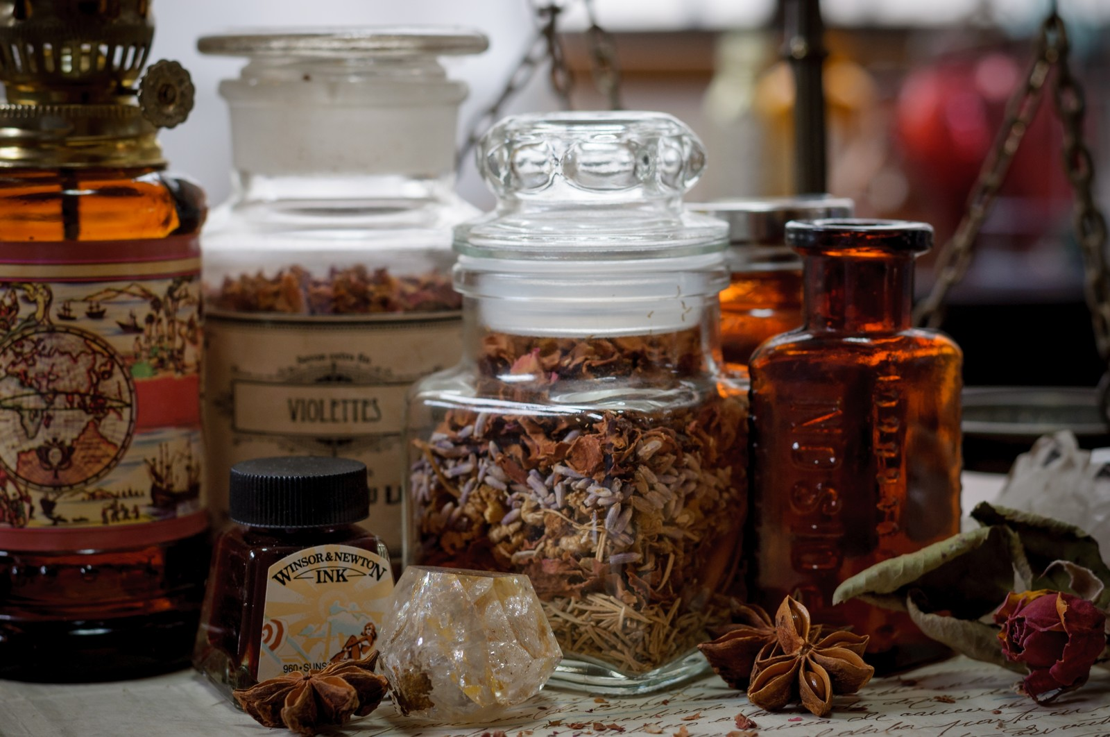 「薬瓶が並ぶ魔女の机薬瓶が並ぶ魔女の机」のフリー写真素材を拡大