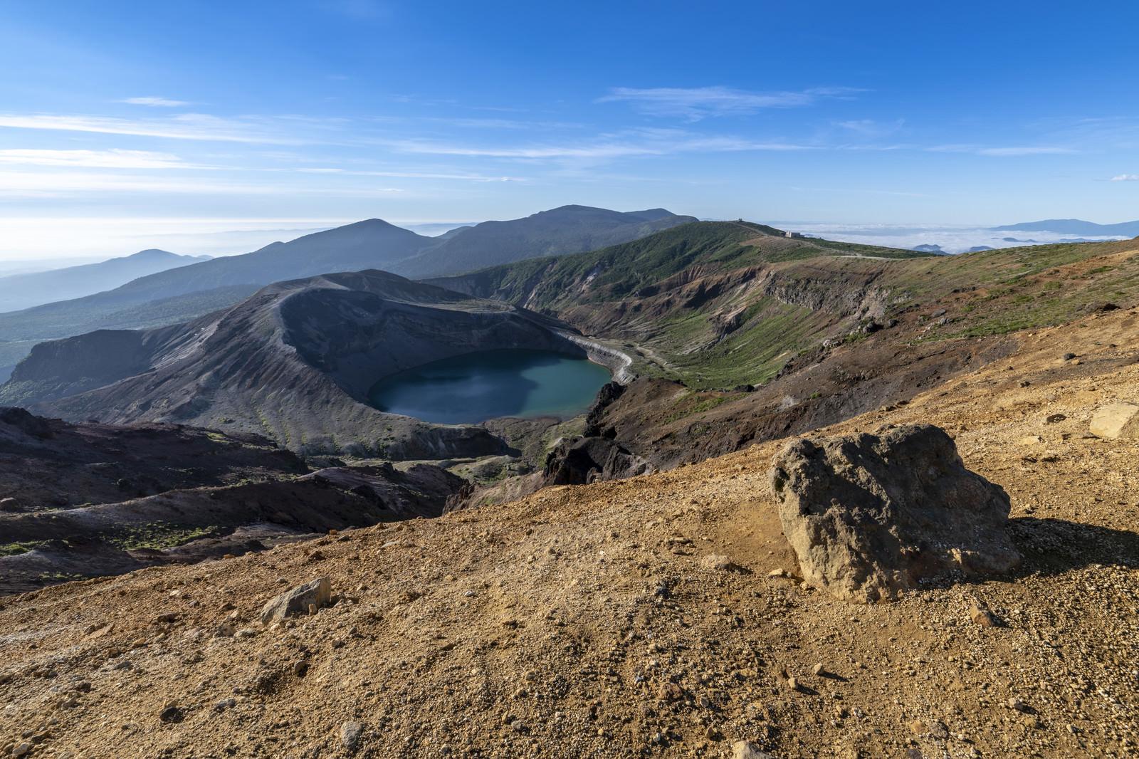 「蔵王の御釜を眺める噴石(蔵王山)」の写真