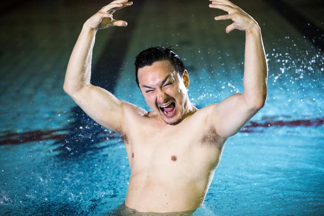 ジェスチャー豊かな水泳コーチの写真