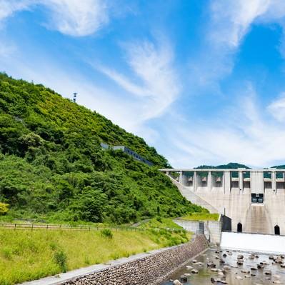 青空と苫田ダム(鏡野町)の写真