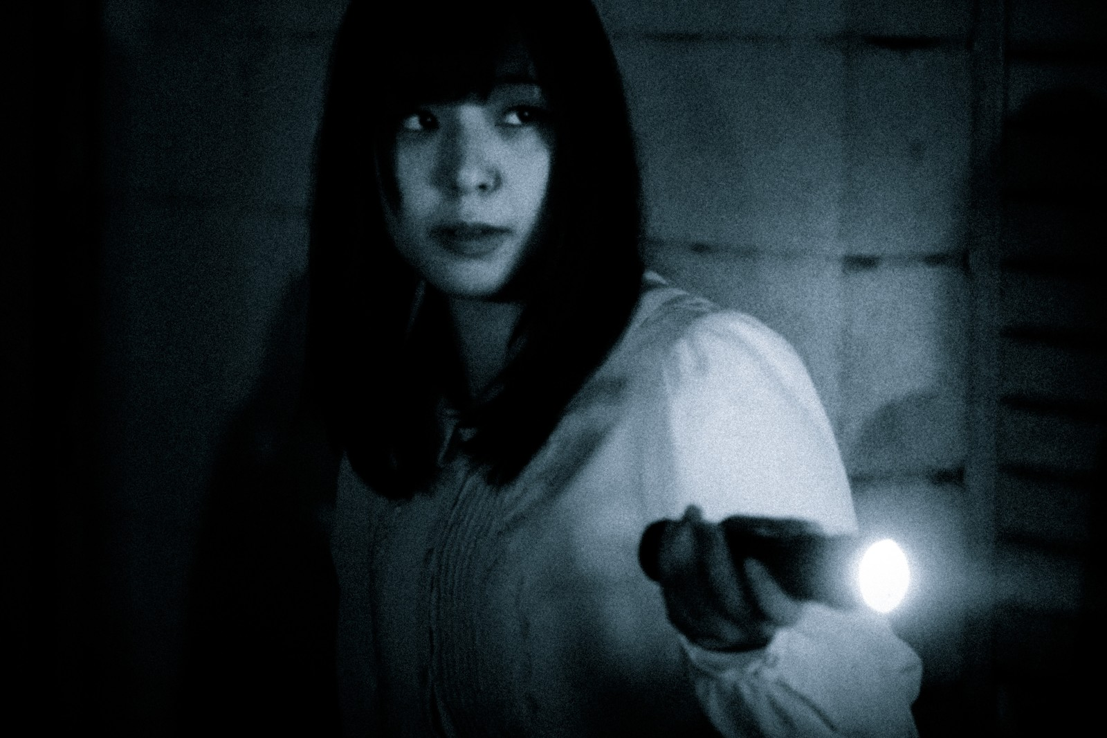 奇妙な音がした方向をライトで照らす|ぱくたそフリー写真素材