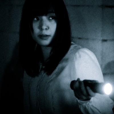 「奇妙な音がした方向を懐中電灯で照らす」の写真素材