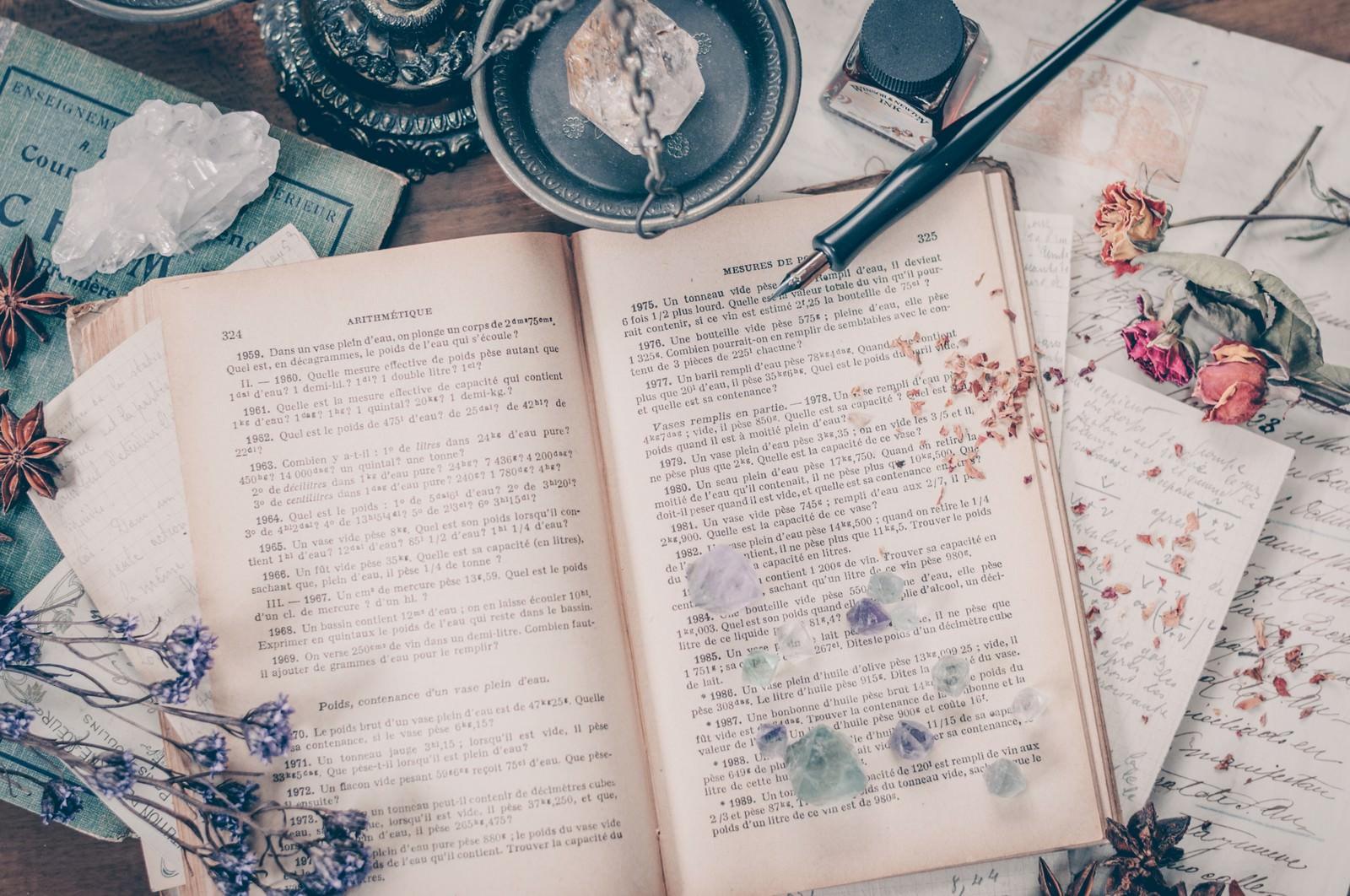 「洋書が置かれた魔女の机洋書が置かれた魔女の机」のフリー写真素材を拡大