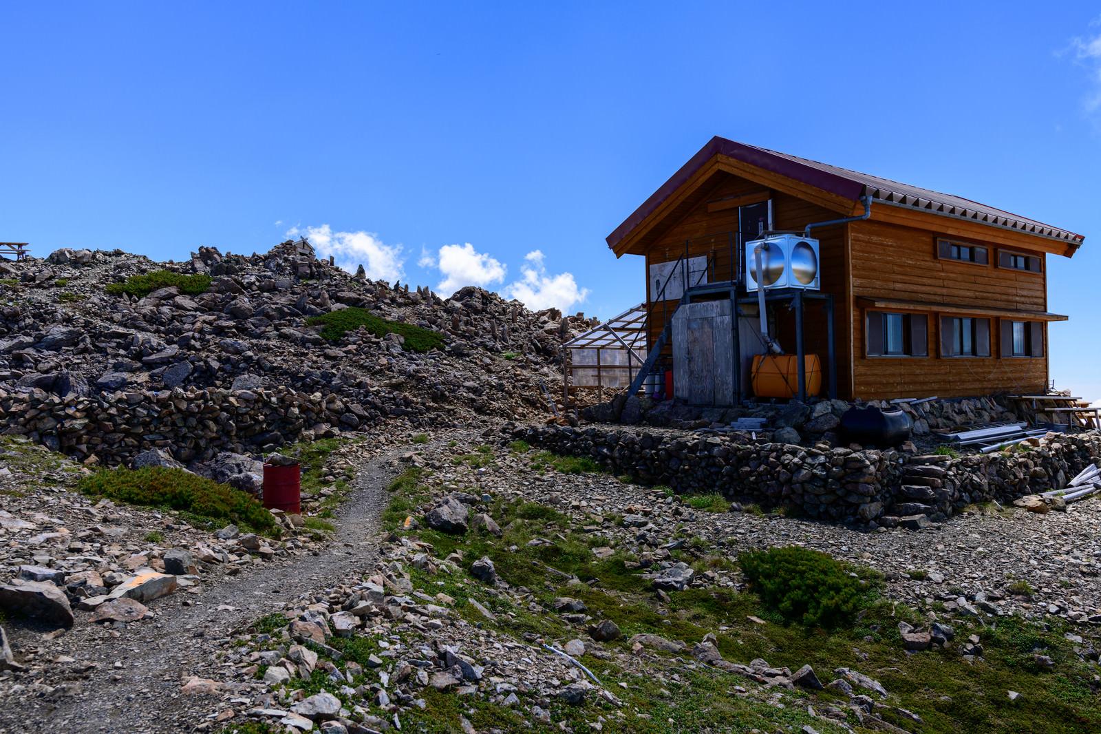 「赤石岳山頂直下にある避難小屋(南アルプス)」の写真