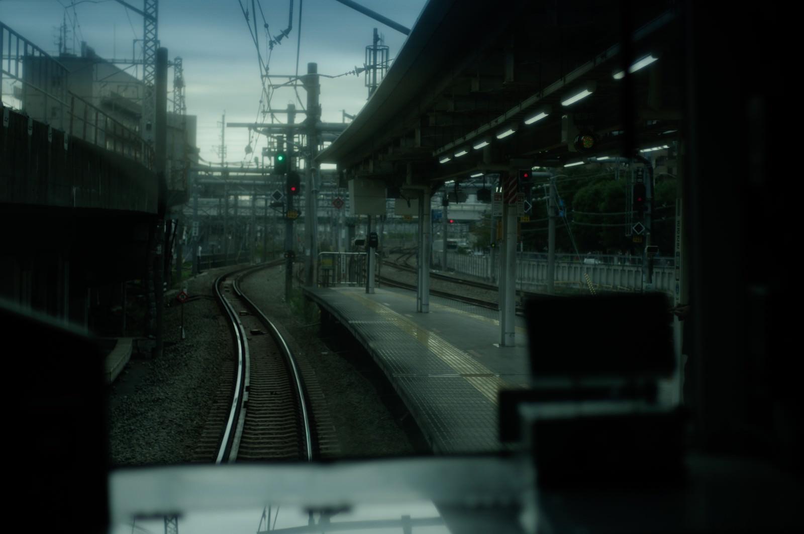 「車窓から見る駅のホーム」の写真