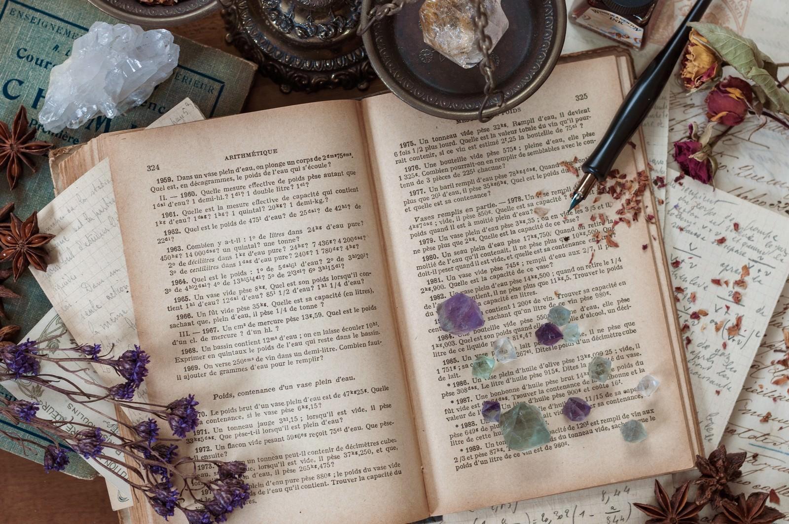 「クリスタルと魔女の机クリスタルと魔女の机」のフリー写真素材を拡大
