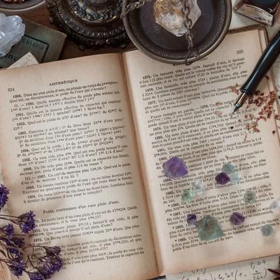 クリスタルと魔女の机の写真