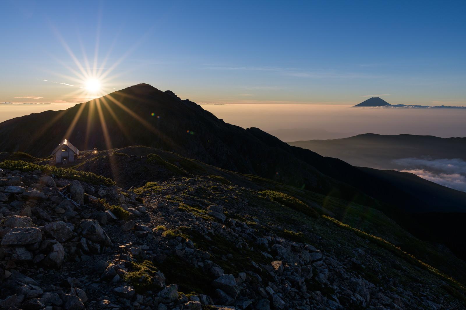 「朝日に染まる悪沢岳と富士山」の写真