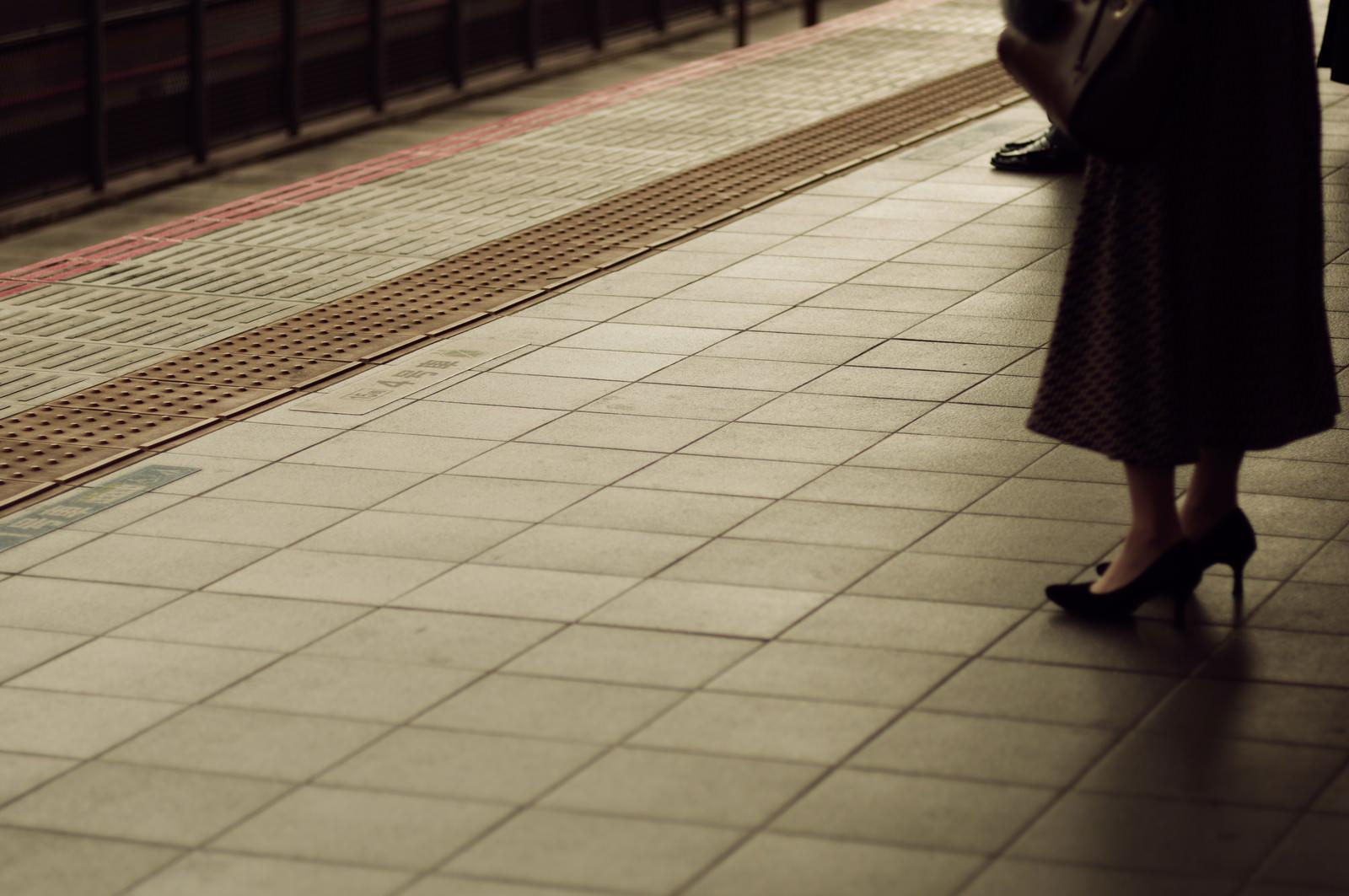 「通勤時間帯の駅ホーム」の写真