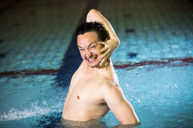 泳げなくて苛立つドイツ人ハーフの写真