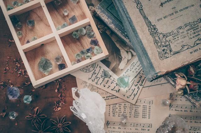 水晶が散らばる魔女の机の写真